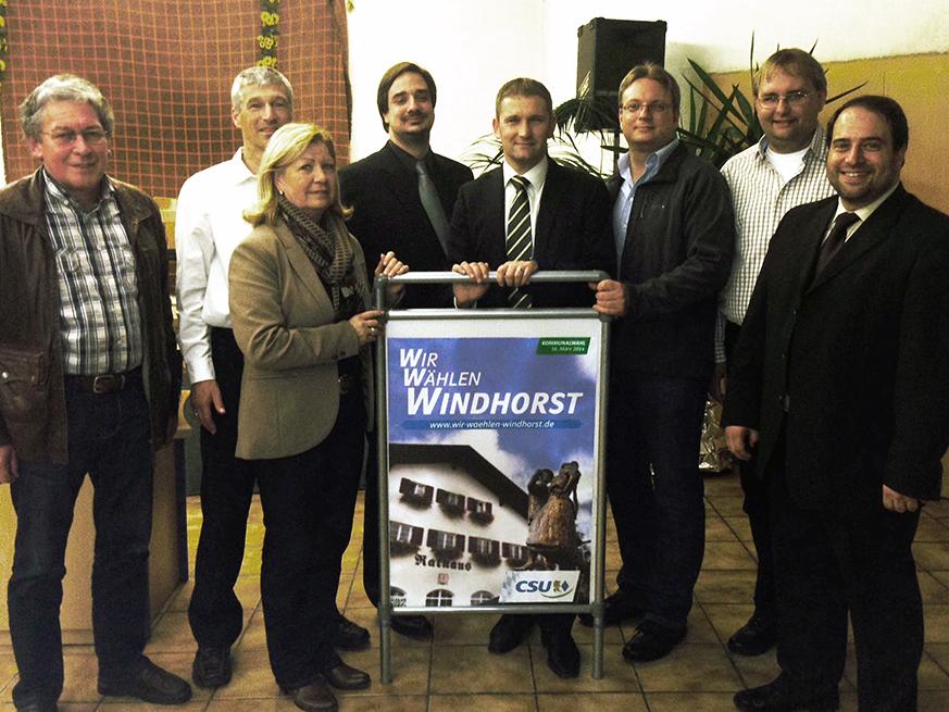 (auf dem Bild: Stefan Grünfelder, Gerd Pfrombeck, Renate Kreitmeier, Christoph Joachimbauer, Bürgermeisterkandidat Dr. Tobias Windhorst, Daniel Blaschke, Christian Ortmeier, Marcus Köhler)